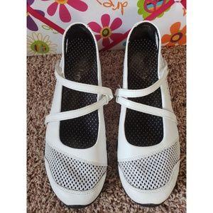 Skechers Women's white leather Crisscross Size 8M